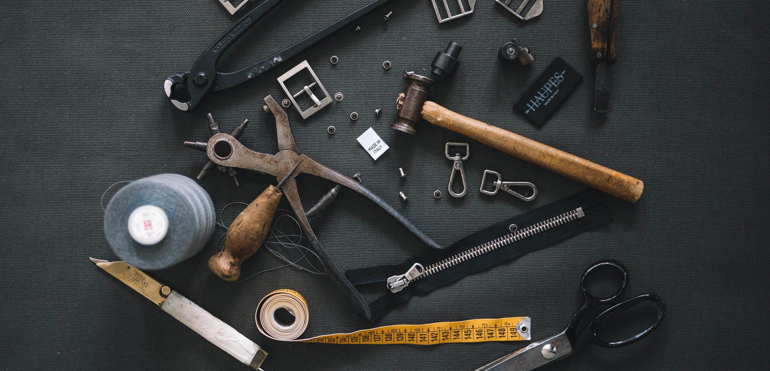 Bild på gamla verktyg. Foto: Haupes / Unsplash